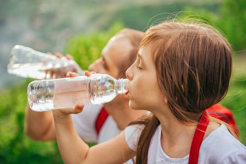 Las botellas de agua fabricadas con el plástico de tipo 1, llamado PET, tiene una particularidad. Cuando está en contacto con fuentes de calor, como por ejemplo los rayos del sol, desprende componentes altamente tóxicos como el Bisfenolo-A (BPA), un disruptor endocrino. Estos contaminantes pueden llevar a graves problemas de salud.